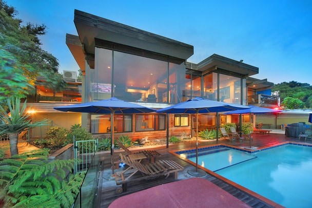 Spectacular ron sang waterfront villa in new zealand for Luxury homes for sale new zealand