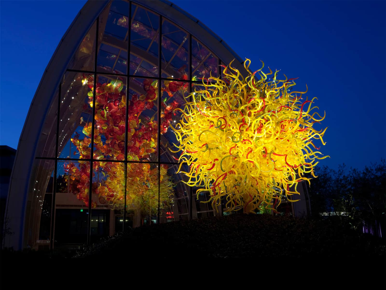 Dale Chihuly Presents Gorgeous Chihuly Chandeliers