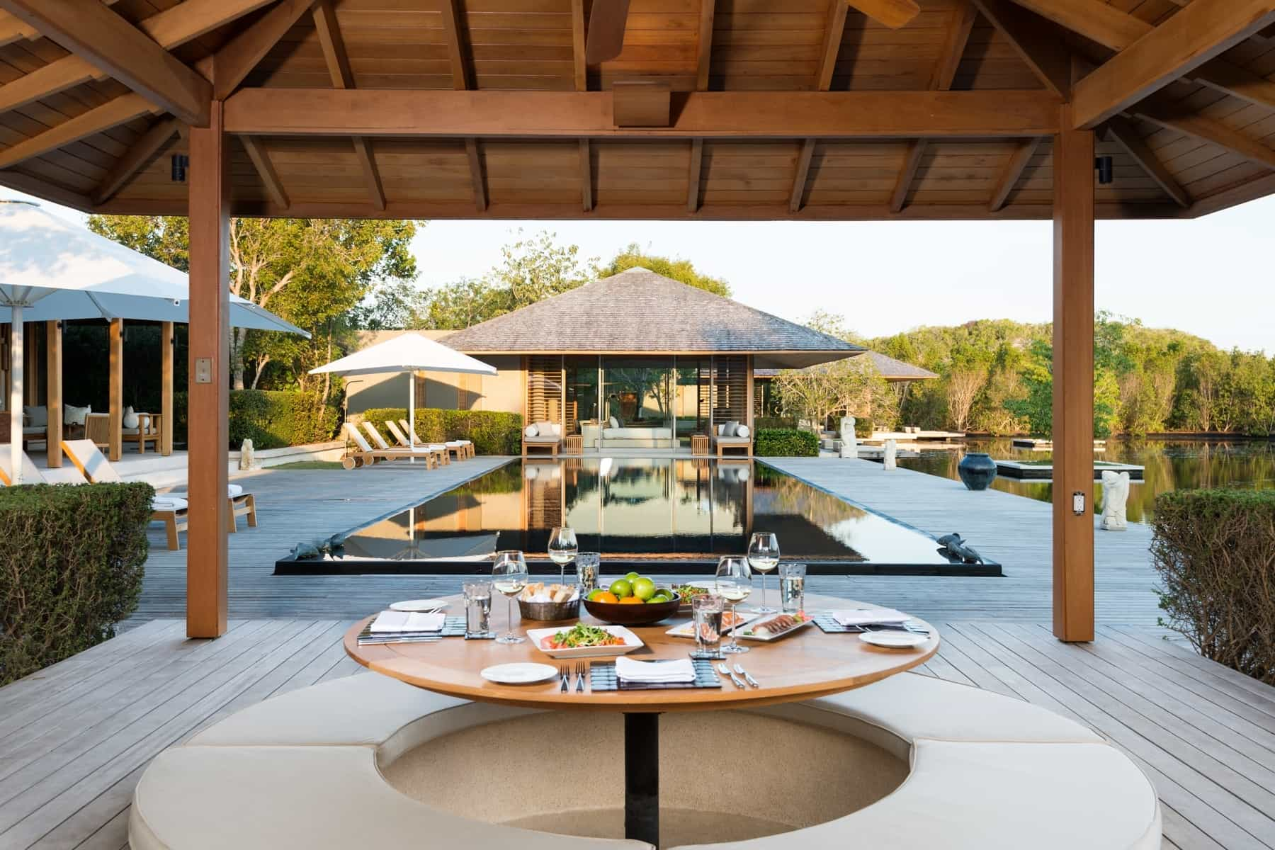 This 10m turks caicos villa is a serene place of for Comedor al aire libre