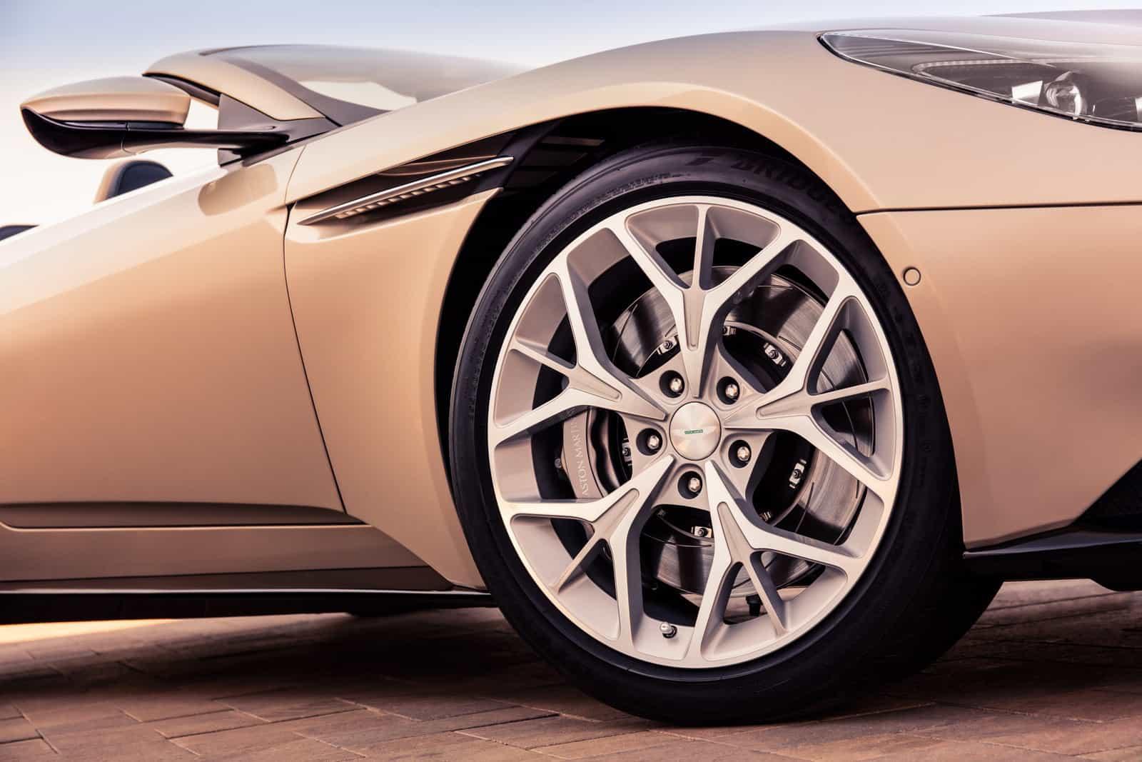 Aston Martin DB11 Volante 13
