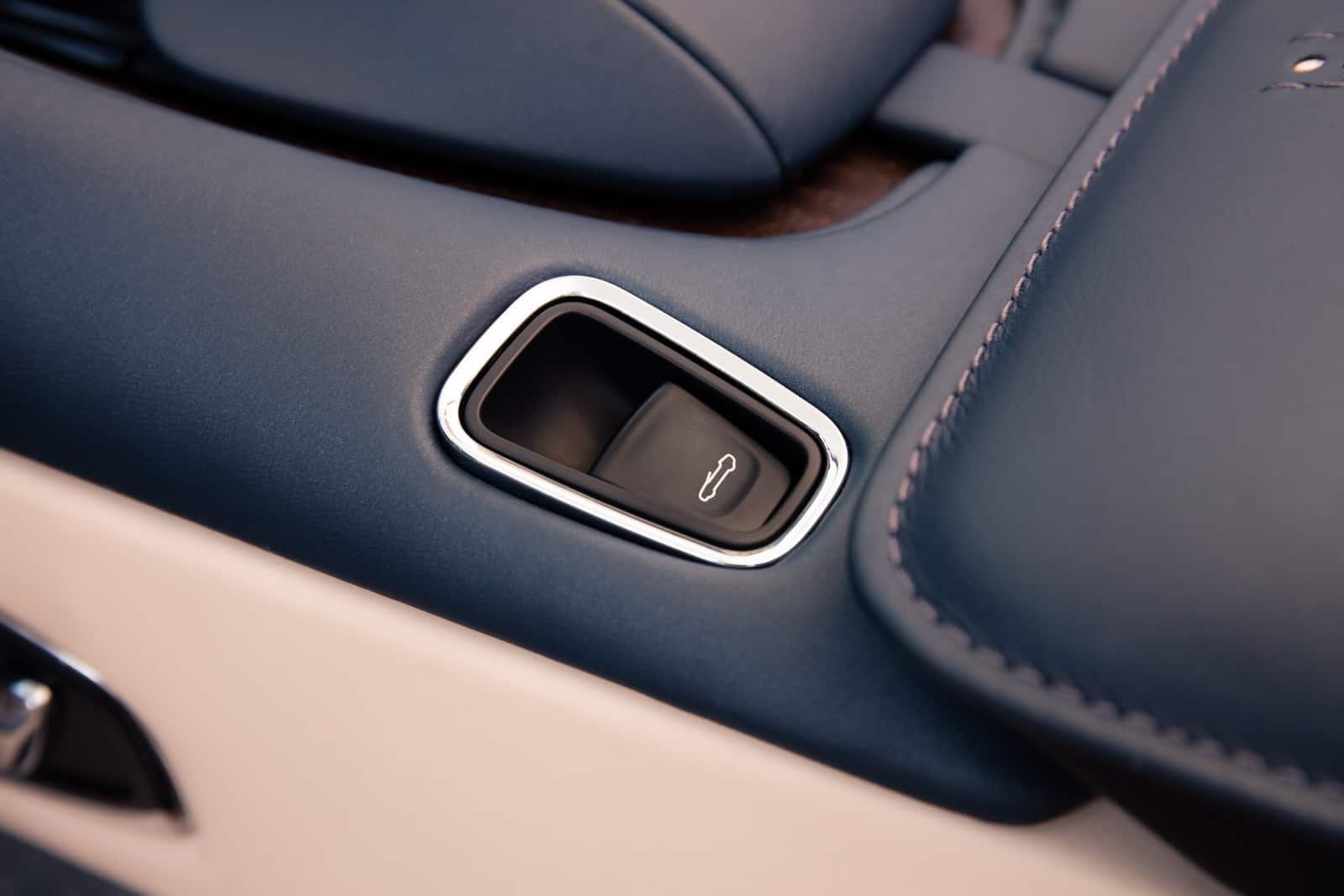 Aston Martin DB11 Volante 26